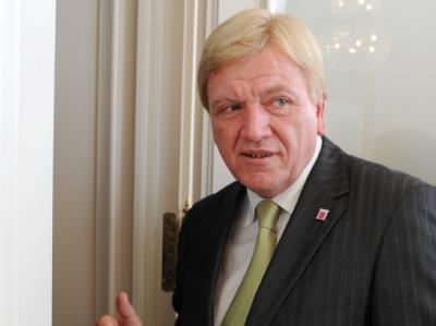 Hessens Ministerpräsident Volker Bouffier (CDU) schließt sich der CSU-Forderung nach einer Pkw-Maut an.