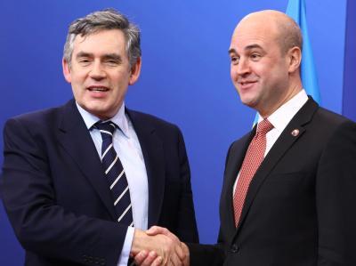 Der schwedische Regierungschef Fredrik Reinfeldt (r.) begrüßt Gordon Brown beim EU-Gipfel.