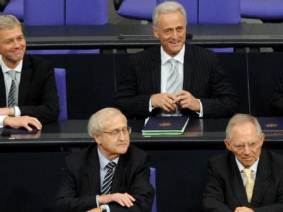 Wirtschaftsminister Rainer Brüderle (2.v.l.) distanziert sich von Verkehrsminister Peter Ramsauer (2.v.r.), der einen «Aufbau West» gefordert hat.
