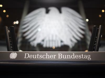 Das Rednerpult im Plenarsaal des Bundestages in Berlin.