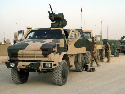 Deutsche Bundeswehrsoldaten warten im Feldlager Kundus neben ihren Militärfahrzeugen vom Typ Dingo auf das Ausrücken ihrer Einheit.