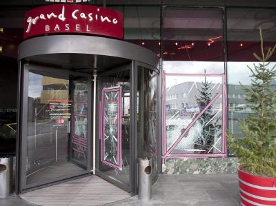Etwa zehn maskierte Räuber überfielen das Grand Casino in Basel mit Vorschlaghammer und Schusswaffen