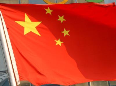 Olympia Peking 2008 - chinesische Flagge vor Olympischen Ringen