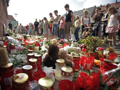 Bewohner der Stadt Eilenburg nehmen an einer Trauerveranstaltung für Corinna teil.