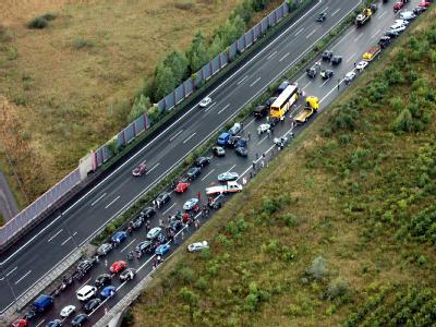 Die Polizei versucht den Unfallhergang bei der Massenkarambolagen mit mit Luftaufnahmen zu rekonstruieren.