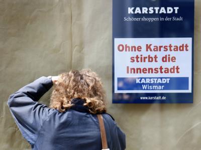 Verzweifelte Karstadt-Mitarbeiterin in Wismar.