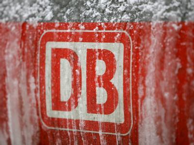 Eine vereiste Lok im Hauptbahnhof im Schnee. (Archiv)