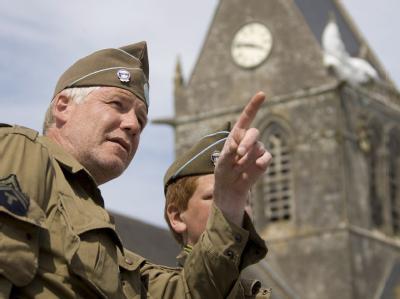 Rollenspiel in alten Uniformen in Sainte-Mère-Église in der Normandie. Am 6. Juni 1944 landeten an fünf Landungsabschnitten 133 000 Soldaten.