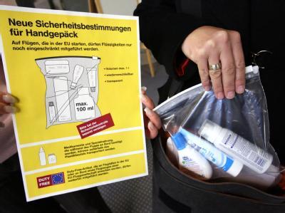 Das Verbot von Flüssigkeiten im Handgepäck soll länger laufen als geplant.