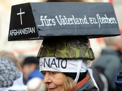 Demonstrantin bei der Münchner Sicherheitskonferenz im Februar: Mittlerweile lehnt die Mehrzahl der Bundesbürger den Bundeswehreinsatz in Afghanistan ab.