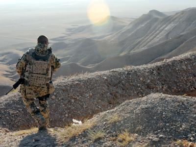 Soldat im afghanischen Gebirge
