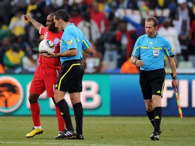 England-Spieler Defoe beschwert sich bei Schiedsrichter Larrionda über die Fehlentscheidung. Auch Linienrichter Espinosa (r) hatte das klare Tor offenbar nicht gesehen.