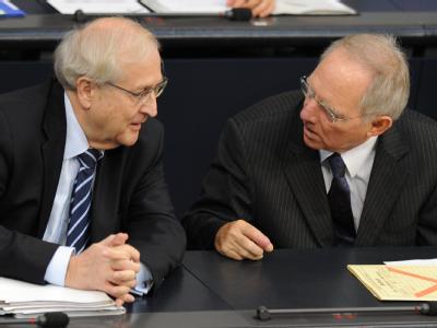 Bundeswirtschaftsminister Brüderle (l) und Bundesfinanzminister Schäuble im Bundestag (Archivbild). Die Koalitionspartner wollen in Meseberg auch über das Steuersystem beraten.
