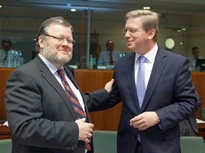 Islands Außenminister Ossur Skarphedinsson (l) im Gespräch mit EU-Erweiterungskommissar Stefan Füle in Brüssel.
