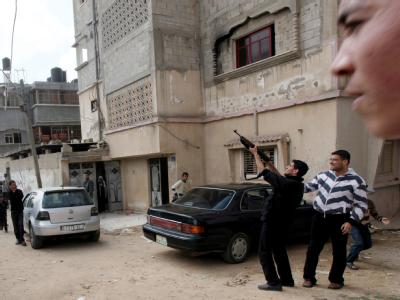 Während der Beerdigung von Opfern der israelischen Luftangriffe in Gaza-Stadt feuern Angehörige in die Luft. Trotz aller Appelle zur Zurückhaltung dreht sich die Spirale der Gewalt auch den achten Tag in Folge weiter.