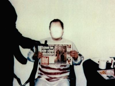 Die Polizei-Aufnahme zeigt den entführten Jan Philipp Reemtsma mit einer Ausgabe der Bild-Zeitung vom 26. März 1996. Das Foto übermittelten die Entführer damals den Angehörigen als Lebensbeweis. (Foto: Polizei)