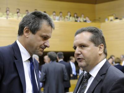 Der baden-württembergische FDP-Fraktionschef Hans-Ulrich Rülke (l) und Ministerpräsident Stefan Mappus. (Archivbild)