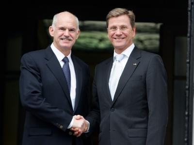 Bei einem Athen-Besuch im Februar traf Bundesaußenminister Westerwelle den griechischen Ministerpräsidenten Papandreou (l).