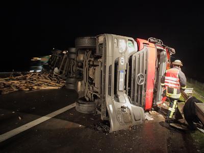 Der 40-Tonner liegt nach dem Unfall auf der Autobahn A5.