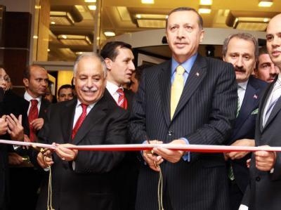 Der türkische Ministerpräsident Recep Tayyip Erdogan (r) und Baghdadi Mahmudi, Generalsekretär des Allgemeinen Volkskomitees, weihen in Tripolis ein mit türkischer Unterstützung gebautes Hotel ein. (Archivbild)