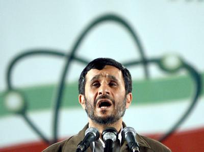 Der iranische Präsident Mahmud Ahmadinedschad bei einer Rede in der Urananreicherungsanlage in Natans. Foto: Abedin Taherkenareh/Archiv