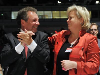 Die Vorsitzenden der Linkspartei, Klaus Ernst und Gesine Lötzsch. In ihren Leitlinien setzt sich die Linke einen radikalen Systemwechsel zum demokratischen Sozialismus zum Ziel. Foto: Martin Schutt/Archiv