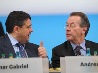 SPD-Chef Gabriel (l) wehrt sich gegen die Vorwürfe seines Vorgängers Müntefering.