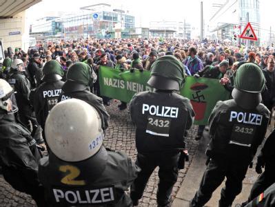 Hunderte Gegner der Neonazi-Demo haben sich am Hauptbahnhof in Dresden versammelt.