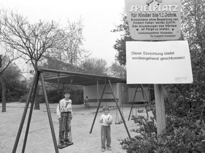 Ein Schild warnt in Wiesbaden vor der Nutzung eines Spielplatzes. (Archivfoto vom 05. Mai 1986)