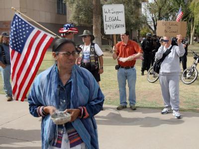 Gegner und Unterstützer des Einwanderungsgesetzes demonstrieren vor dem Capitol in Phoenix.