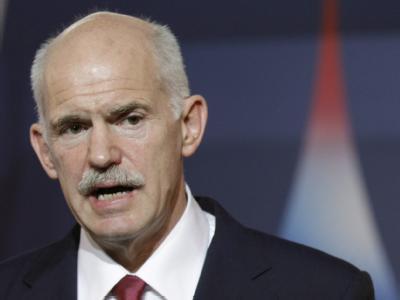 Der griechische Ministerpräsident Giorgos Papandreou steht mit dem Rücken zur Wand. Foto: Kerim Okten