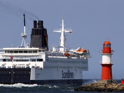 Eine Fähre läuft aus dem Hafen in in Rostock-Warnemünde in Richtung Dänemark aus. Dänemark will auch im Fährverkehr wieder Grenzkontrollen einführen.