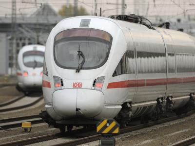 Eine Betonplatte auf dem Gleis hat einen ICE bei Freiburg beschädigt. (Symbolfoto)