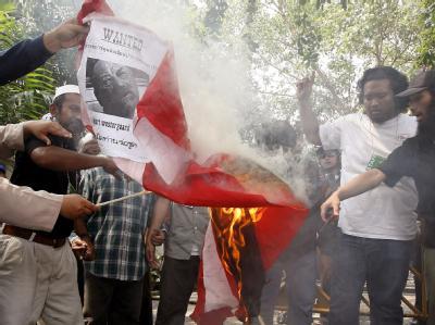 Thailändische Muslime verbrennen im März 2008 einen Westergaard-Steckbrief und eine dänische Flagge.
