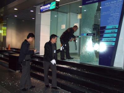 Polizisten inspizieren den Ort des Granatenanschlags in Bangkok.