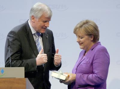 Der bayerische Ministerpräsident Seehofer hat Bundeskanzlerin Merkel gegen Kritik verteidigt. (Archivbild)