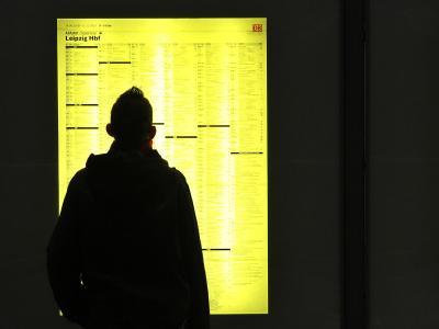 Schnee und Eis haben den Zugverkehr rund um Leipzig lahmgelegt. Etliche Reisende haben die Nacht auf dem Bahnhof oder in einem Aufwärmzug verbracht.