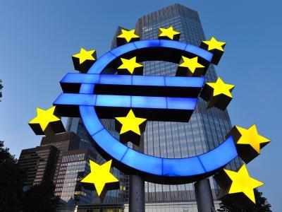 Die Euro-Skulptur in Frankfurt am Main vor der Zentrale der Europäischen Zentralbank (EZB).