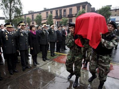 Peruanische Soldaten tragen einen getöteten Polizisten zu Grabe.