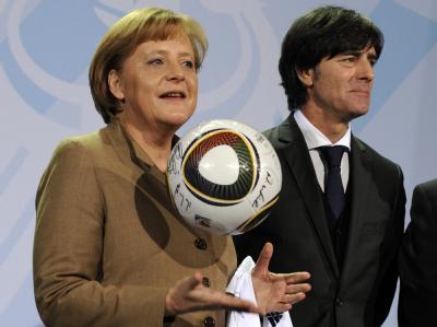 Pflichten eines Präsidenten: Christian Wulff würde Kanzlerin Merkel zur WM in Südafrika begleiten, wenn die deutsche Mannschaft das Finale erreicht.
