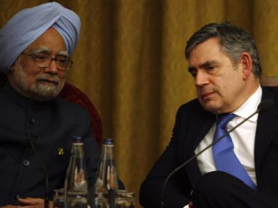 Der britische Premierminister Gordon Brown (r) und sein indischer Amtskollege Manmohan Singh nehmen am Commonwealth-Treffen in Port of Spain teil.