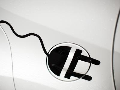 Stilisierter Stromstecker auf einem Elektroauto. Foto: Rolf Vennenbernd / Archiv