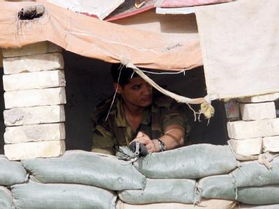 Ein Mitglied der Sahwa-Milizen bewacht einen Posten in Süd-Bagdad (Archivbild). Al-Kaida wirbt im Irak um die sunnitischen Kämpfer.