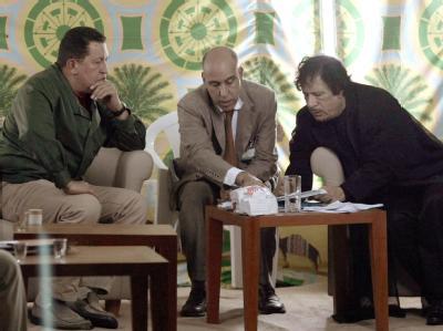 Venezuelas Präsident Hugo Chavez (l) bespricht sich mit dem libyschen Revolutionsführer Muammar al-Gaddafi (r).