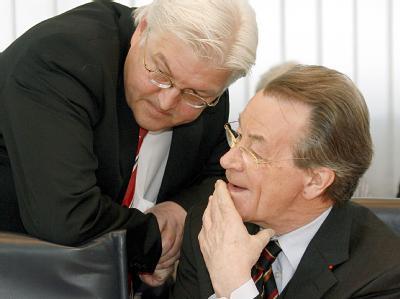 Die SPD (hier Kanzlerkandidat Steinmeier (l) und Parteichef Müntefering) ringt um die beste Wahlkampfstrategie. (Archivbild)