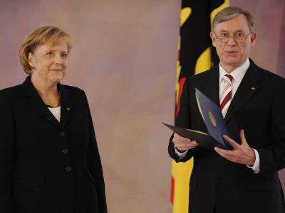 Bundespräsident Horst Köhler überreicht Bundeskanzlerin Angela Merkel im Schloss Bellevue die Ernennungsurkunde.