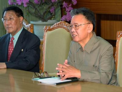 Kehrt Kim Jong Il (r) an den Verhandlungstisch über das nordkoreanische Atomprogramm zurück?