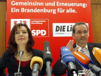 Brandenburgs Ministerpräsident Matthias Platzeck (SPD) und die Fraktionsvorsitzende der Linken, Kerstin Kaiser. (Archivbild)