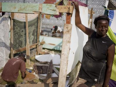 Ein Paar hat in einem Zeltlager in Port-au-Prince eine provisorische Bleibe gefunden.