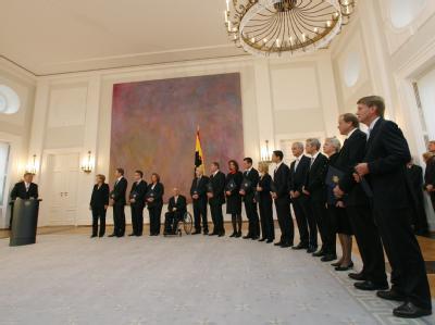 Die neuen Bundesminister haben von Bundespräsident Horst Köhler ihre Ernennungsurkunden erhalten.